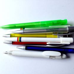 Stifte sammeln für Kinder in Afrika. Verschiedene Farben und Formen von Kugelschreibern, Kulis