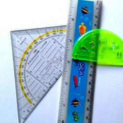 Stifte sammeln für Kinder in Afrika. Eine Auswahl an Linealen. Geo-Dreieck. Langes Lineal. Kleines Lineal mit Symbolen.