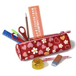 Stifte sammeln für Kinder in Afrika. Schüleretui, Federmäppchen mit Spitzer, Bleistift, Kugelschreiber, Lineal, Bastelschere