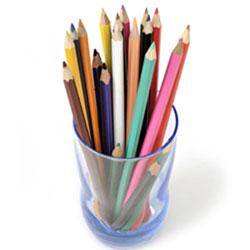 Stifte sammeln für Kinder in Afrika. Eine Handvoll Buntstifte im Glas.