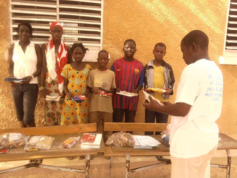 Schüler im Senegal Mpal bekommen Stifte aus Deutschland
