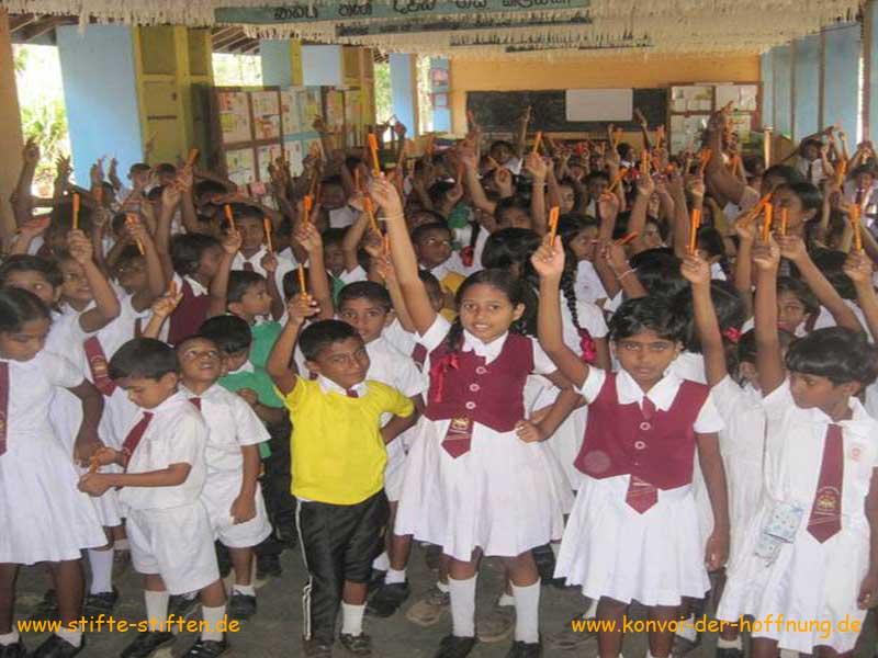 Papier und Stifte und Schulranzen für Kinder in Sri Lanka