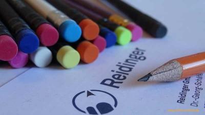 Firma Reidinger spendet Bleistifte und Buntstifte und Freunde