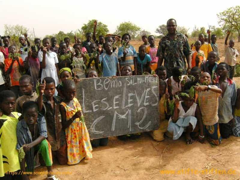 Schüler in Bema Burkina Faso im Schulgarten