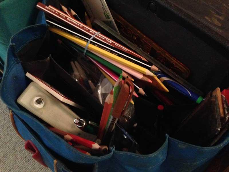 Schulranzen gefüllt mit Stiften
