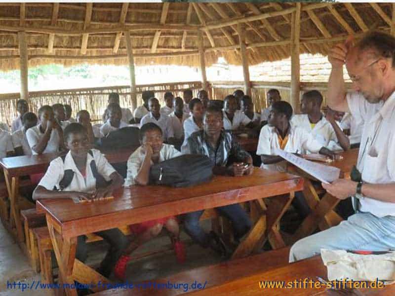 Herr Keppel in der Tawuka-Schule in Malawi