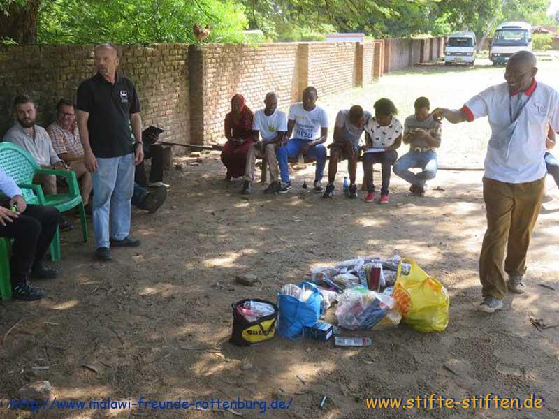 gesammelte stifte werden an kinder in malawi bergeben stifte stiften. Black Bedroom Furniture Sets. Home Design Ideas