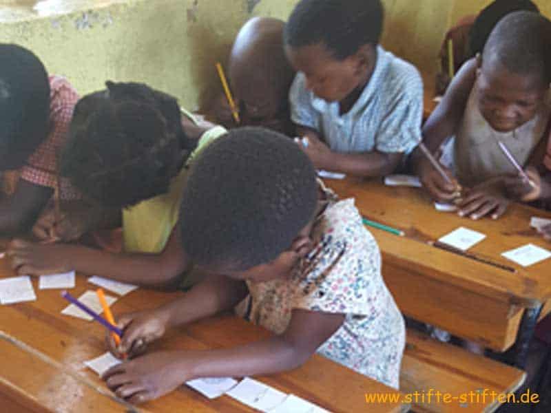 Stifte stiften - Kinder in Malawi malen